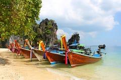 Los barcos de la cola larga en la playa tropical con piedra caliza oscilan Fotografía de archivo libre de regalías