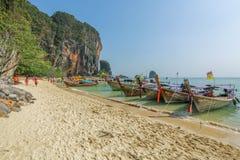 Los barcos de la cola larga en Railay varan en el krabi Tailandia Imagenes de archivo