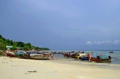 Los barcos de la cola larga para las excursiones en Tonsai varan en la isla de Phi Phi Don Imagen de archivo libre de regalías