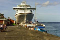 Los barcos de la excursión se alinearon para recoger a pasajeros de azura Fotos de archivo libres de regalías