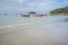 Los barcos de la excursión se colocan en la playa de KATA, esperando a los turistas Fotos de archivo
