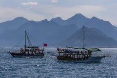 Los barcos de la travesía que llevan a turistas navegan a través de la bahía de Antalya en Antalya, Turquía Fotos de archivo libres de regalías