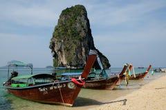 Los barcos de Longtail amarraron en la playa de Railay, Tailandia Foto de archivo libre de regalías
