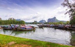 Los barcos de Longtail en bahía en Noppharat Thara varan - la isla de Phi Phi imagen de archivo libre de regalías