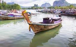 Los barcos de Longtail en bahía en Noppharat Thara varan - la isla de Phi Phi fotos de archivo
