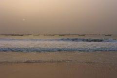 Los barcos de los pescadores en el Nuakchott, Mauritania (en la puesta del sol) fotos de archivo