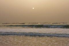 Los barcos de los pescadores en el Nuakchott, Mauritania (en la puesta del sol) imagen de archivo libre de regalías