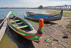 Los barcos de madera en el lago cerca de Mandalay foto de archivo
