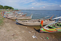 Los barcos de madera en el lago cerca de Mandalay imagenes de archivo