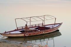 Los barcos de madera en el río Ganges ejercen la actividad bancaria en Varanasi, la India Fotografía de archivo