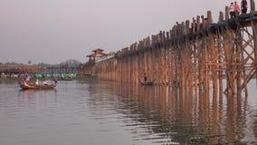 Los barcos de madera llevan a turistas en el lago en Mandalay, Myanmar almacen de metraje de vídeo