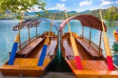 Los barcos de madera tradicionales en el lago sangraron, Eslovenia Fotografía de archivo libre de regalías