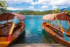 Los barcos de madera tradicionales en el lago sangraron, Eslovenia Imagenes de archivo