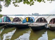 Los barcos de madera viejos en el lago ejercen la actividad bancaria en el río Kolkata, día soleado de Hooghly foto de archivo