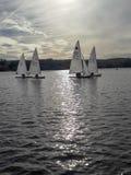 Los barcos de navegación en el lago fotos de archivo