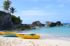Los barcos de paleta están en la playa arenosa de Bermudas imágenes de archivo libres de regalías