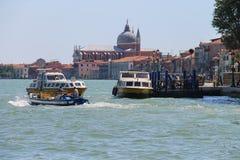 Los barcos de pasajeros con los turistas acercan al embarcadero en el mar adriático, VE Fotos de archivo