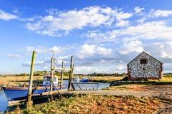 Los barcos de pesca amarraron en el río costero en la región pantanosa, East Anglia, imágenes de archivo libres de regalías