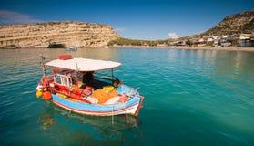 Los barcos de pesca asegurados en Matala ladran, Crete, Greec Fotografía de archivo