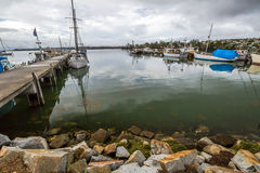 Los barcos de pesca atracaron en el embarcadero, bahía de fuegos Fotografía de archivo