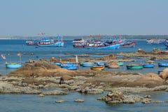 Los barcos de pesca coloridos en Phan sonaron, Vietnam Imagen de archivo