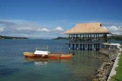 Los barcos de pesca de Banca amarraron de Dauis, Panglao, Bohol, Filipinas con Tagbilaran en el fondo imagenes de archivo
