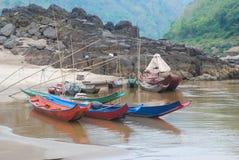 Los barcos de pesca de madera en el río Imagenes de archivo