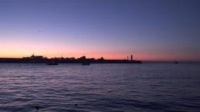 Los barcos de pesca en el amanecer van al mar almacen de video