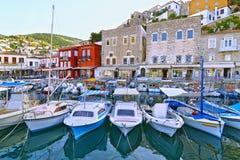 Los barcos de pesca en el Hydra viran el golfo Grecia de Saronic hacia el lado de babor Fotos de archivo libres de regalías