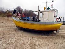 Los barcos de pesca en el puerto sacaron en la playa fotos de archivo libres de regalías