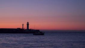 Los barcos de pesca en la salida del sol nadan hacia fuera en el mar abierto metrajes