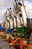 Los barcos de pesca están esperando la descarga de pescados recién pescados imagen de archivo libre de regalías
