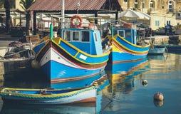 Los barcos de pesca famosos de Marsaxlokk llamaron Luzzu - Malta imagenes de archivo