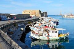 Los barcos de pesca griegos tradicionales Imágenes de archivo libres de regalías