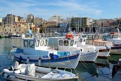 Los barcos de pesca griegos tradicionales son embarcadero cercano Foto de archivo libre de regalías