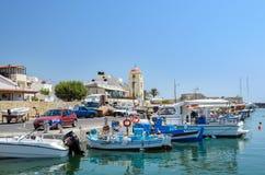 Los barcos de pesca permanecen parqueados en el puerto de ciudad de Ierapetra en la isla de Creta, Grecia Imagen de archivo libre de regalías