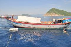 Los barcos de pesca se están preparando para pescar con red barredera en el mar de la bahía de Nha Trang en Vietnam Foto de archivo libre de regalías