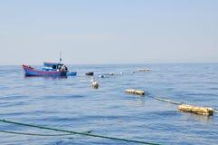 Los barcos de pesca se están preparando para pescar con red barredera en el mar de la bahía de Nha Trang en Vietnam Fotografía de archivo