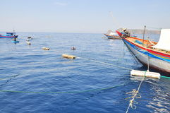 Los barcos de pesca se están preparando para pescar con red barredera en el mar de la bahía de Nha Trang en Vietnam Fotografía de archivo libre de regalías