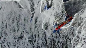 Los barcos de pesca se estrellaron por las ondas del mar a la playa en la isla de Bali almacen de metraje de vídeo