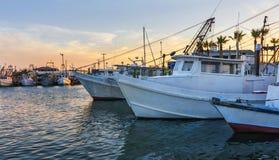 Los barcos de pesca de trabajo en el amanecer en Rockport-Fulton se abrigan, antes imagen de archivo