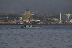 Los barcos de pesca van al mar en el ambiente urbano de Manado imagen de archivo libre de regalías