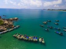 Los barcos de pesca y la bahía Foto de archivo libre de regalías