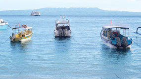 Los barcos de placer amarraron de una playa Fotos de archivo libres de regalías