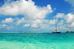 Los barcos de placer blancos anclaron cerca de costa Imagen de archivo