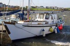 Los barcos de placer en sus amarres en Groomsport se abrigan durante una tormenta del invierno foto de archivo