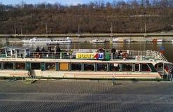 Los barcos de placer flotan en el Moldava en un día soleado en Praga fotos de archivo libres de regalías