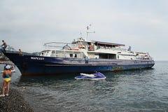 Los barcos de placer Markhot y los hydromotorcycles Yamaha se colocan en la costa del Mar Negro Foto de archivo