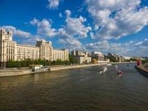 Los barcos de placer navegan en el río de Moskva en Rusia Imagen de archivo libre de regalías