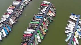 Los barcos de río ataron hasta barriles flotantes en el puerto deportivo del río en Backa Palanka, Serbia almacen de video